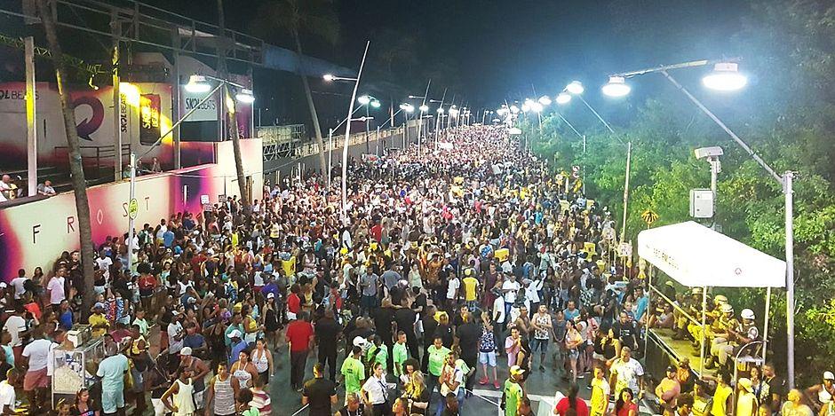 """Resultado de imagem para Seguido por multidão, cantor Léo Santana faz Pipoco """"gigante"""" no pré-carnaval de Salvador"""