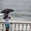 Homem passeando na Barra nesta quarta (6)