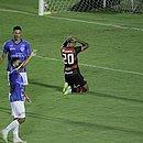 Ajoelhado no gramado do Barradão, Ygor Catatau lamenta derrota para o Doce Mel