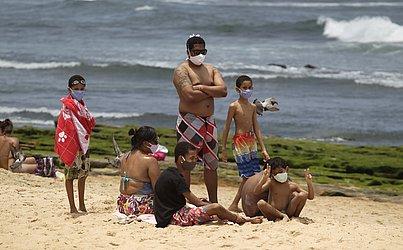 Entre as regras está a obrigatoriedade do uso de máscara na areia da praia.