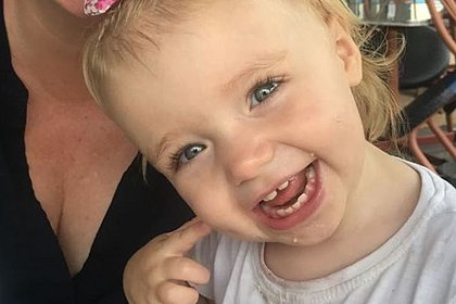 Criança de 3 anos morre trancada em carro enquanto casal via série