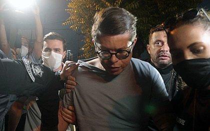 Vídeo: após prisão, DJ Ivis chega à delegacia para prestar depoimento