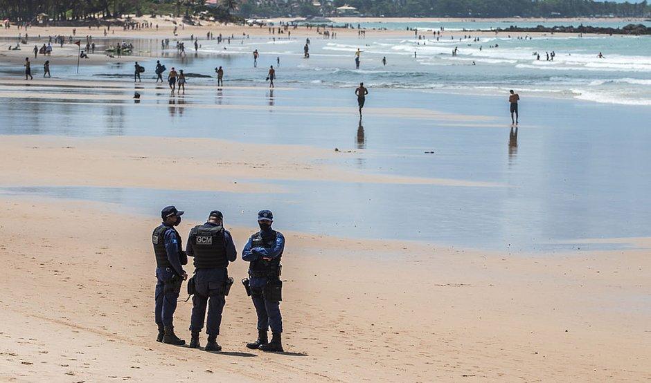 Banhista agride guarda ao ser recusara a deixar praia em Amaralina (Foto: Nara Gentil/CORREIO)