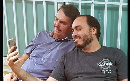 Bolsonaro pede para Carlos 'aquietar o facho' nas redes sociais