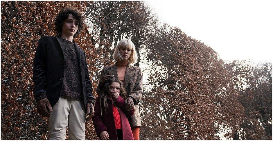 Finn Wolfhard (à esquerda), de Stranger Things, está em Os Órfãos, de Flora Sigismondi