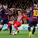 Jogando pelo Atlético, Griezmann sofre falta de Lenglet e é observado por Messi