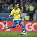 Gabriel Jesus se prepara para cobrar pênalti na decisão diante do Paraguai