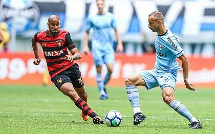 Jair marcou dois gols para o Sport no triunfo contra o Grêmio por 4x3