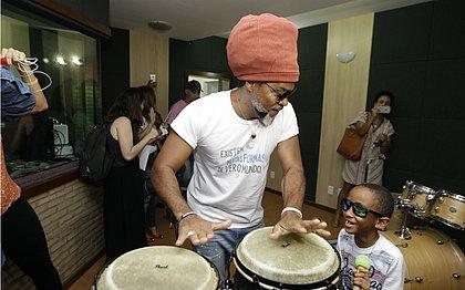 Cantor faz visita ao Instituto dos Cegos da Bahia, onde é embaixador desde 2017