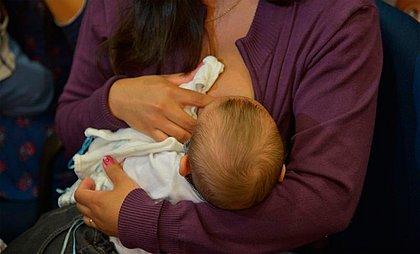 Saúde incentiva licença-paternidade ampliada para apoio à amamentação