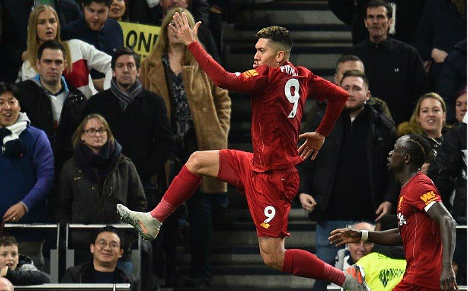 Firmino festeja gol marcado na vitória do Liverpool contra o Tottenham
