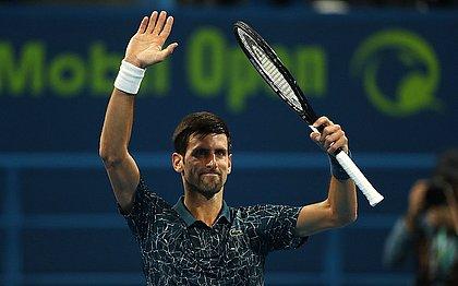 Djokovic acena para público após vitória em Doha