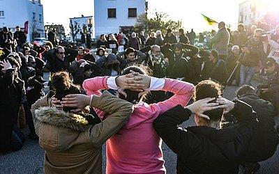 Estudantes do ensino médio em Mantes-la-Jolie, protestam em apoio aos estudantes que foram presos no subúrbio de Paris.