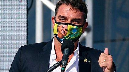 Após Bolsonaro recusar vacina, Flávio toma segunda dose e é vaiado