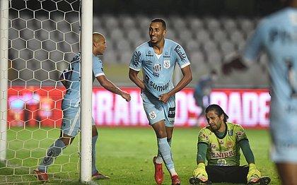 Lucas Braga comemora gol do Santos, enquanto o goleiro Rodrigo Calaça lamenta