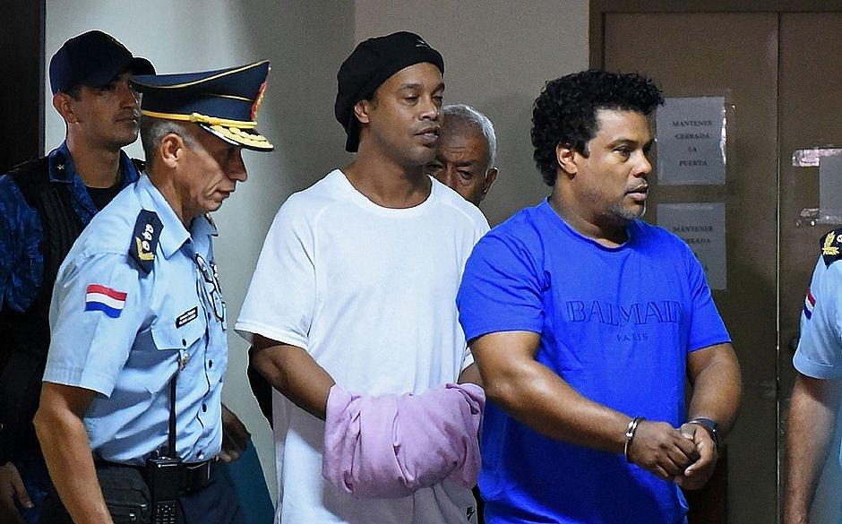 Em prisão domiciliar, Ronaldinho fez festas com modelos de luxo no hotel