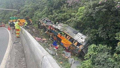 Acidente com ônibus deixa 18 mortos na BR-376, no Paraná