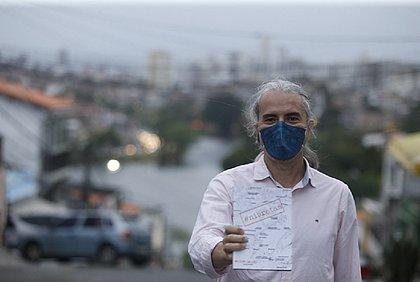 """No alto da Ladeira do Pepino, Nilson Galvão exibe orgulhoso seu livro """"Ni Brotas"""", sobre o bairro"""