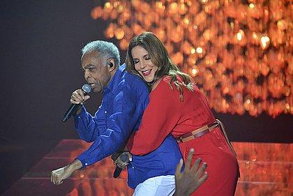 Ivete abraça Gil durante apresentação