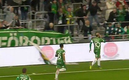 O meia Kennedy Bakircioglu agarra lata de cerveja arremessada da arquibancada e bebe durante comemoração de gol