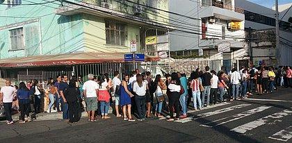 Distribuição de senhas para júri de Kátia Vargas forma longa fila em Nazaré