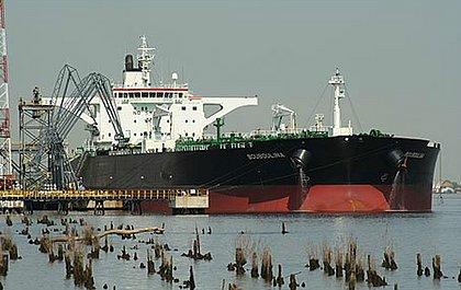 Dona de navio suspeito de derramar óleo diz que 'descarregou toda a carga' na Malásia