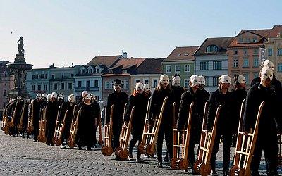Pessoas, usando máscaras brancas, empurram carrinhos de madeira durante um ritual tradicional de Páscoa tcheca para marcar a sexta-feira, que recorda aos cristãos a crucificação de Jesus Cristo.