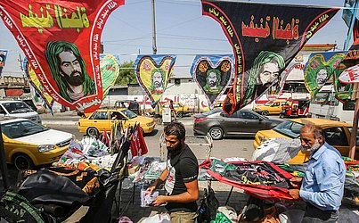 Comerciantes vendem souvenires religiosos durante o Festival de Ashura, na cidade de Sadr, a  leste de Bagdá.