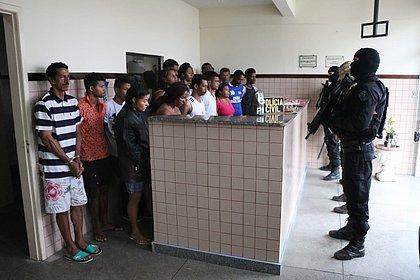 Polícia prende 21 membros de facção chefiada dentro de presídio em Salvador