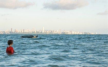 Arista americana ficará parada por 12 horas dentro do mar da avenida Contorno