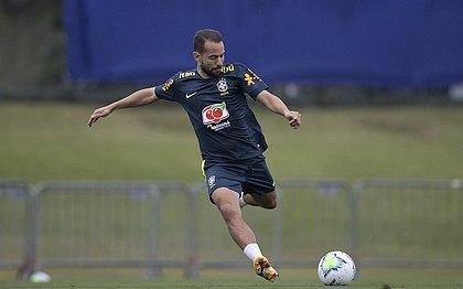 Meia Everton Ribeiro herdou a camisa 10 do lesionado Neymar