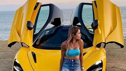 Letícia Bufoni posa em frente ao novo carro avaliado em R$ 3,7 milhões