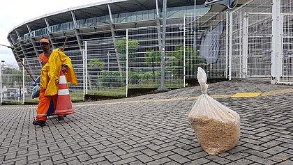 Antes de jogo do Vitória, dezenas de quilos de milho são despejados no entorno da Fonte Nova