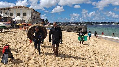Boa Viagem: 360 quilos de lixo são retirados das águas da praia
