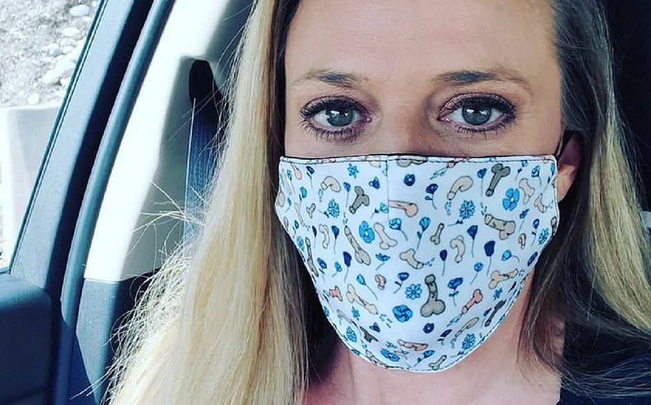 Mulher vende máscaras com pênis desenhados e arrecada R$ 260 mil para a caridade