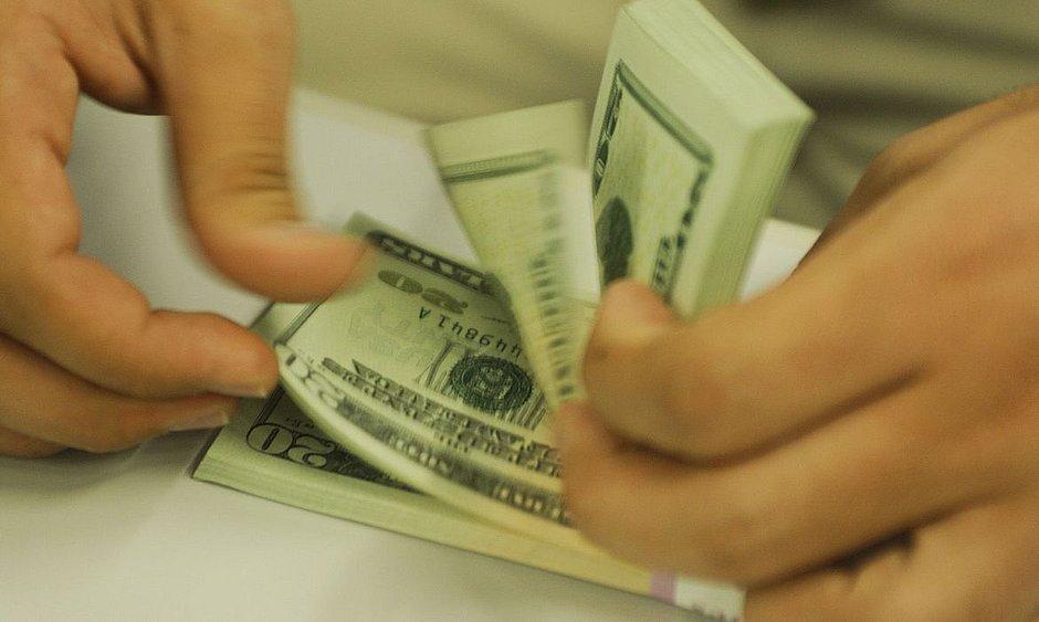 Dólar interrompe sequência de quedas e fecha acima de R$ 5,18