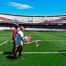 Funcionários do River Plate recolhem as bandeiras de escanteio após novo adiamento