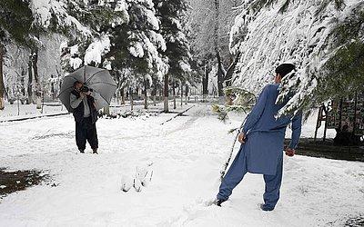 Um fotógrafo de rua do Afeganistão retrata um cliente após uma nevasca no parque Shahr-e-Naw, em Cabul.
