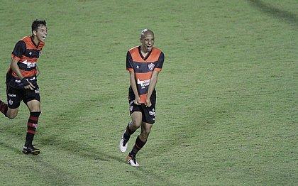 Eduardo (esquerda) corre para comemorar com Pablo Siles o gol marcado contra a Ponte Preta, no Barradão