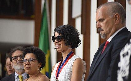 Bela Gil recebe Comenda 2 de Julho em Salvador: 'No caminho certo'