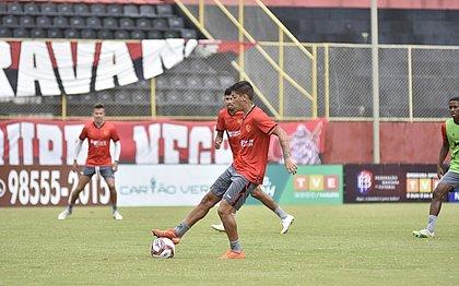 Eduardo domina a bola durante treinamento no gramado do Barradão