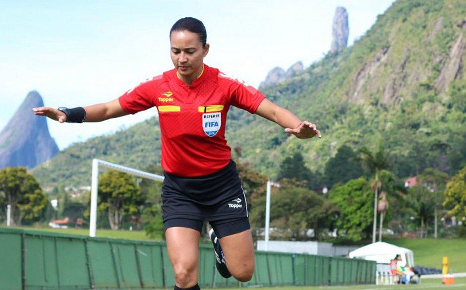 A árbitra Edina Batista vai apitar a semifinal entre Inglaterra e Estados Unidos pela Copa do Mundo de futebol feminino