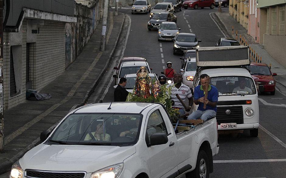 Santa foi homenageada em uma carreata pelas ruas do bairro de Nazaré