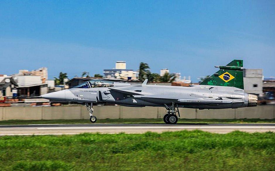Caça Gripen da FAB, adquirido da Suécia, faz primeiro voo no Brasil; assista