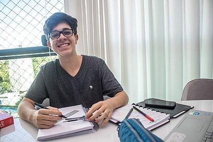 O estudante Guilherme Queiroz, do segundo ano, reserva três vezes por semana para resolver questões da matéria