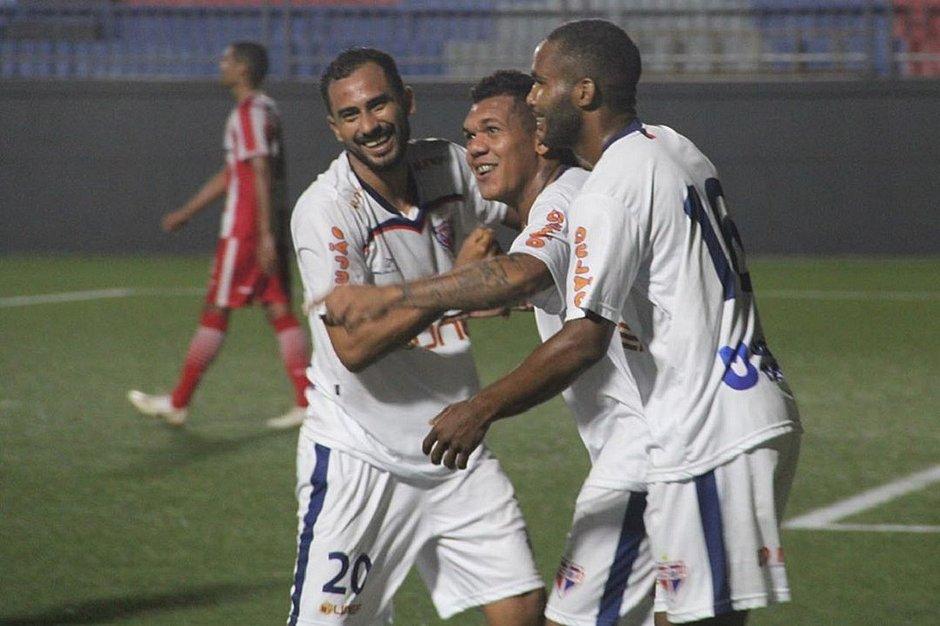 Menezes, ao centro, marcou o segundo gol do Bahia de Feira