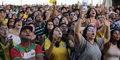 Multidão reunida no Farol da Barra lamenta empate da Seleção na estreia
