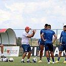 Dado Cavalcamti orienta elenco do Bahia durante treino na Cidade Tricolor