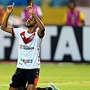 Wesley comemora gol marcado no estádio Olímpico, em Goiânia