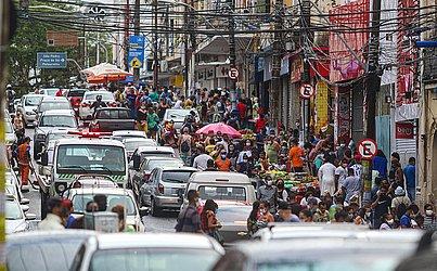 A Avenida Joana Angélica estava tomada por pessoas e carros na tarde desta sexta-feira (08).